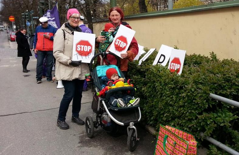 Mielenosoittajat: TTIP-neuvottelut keskeytettävä